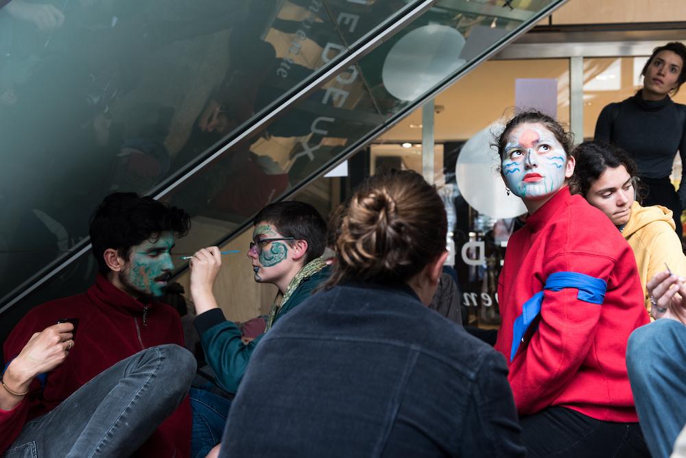 plusieurs centaines de manifestants ont occupé sans violence Italie 2, centre commercial de 130 boutiques et restaurants du sud est de Paris | several hundred demonstrators non-violently occupied Italie 2, a shopping mall with 130 shops and restaurants in south-eastern Paris