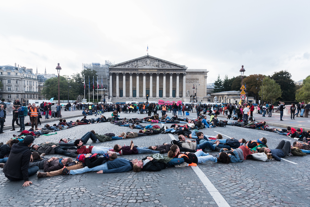 "Plusieurs centaines de militants se rassemblent pour une nouvelle action devant l'Assemblée Nationale intitulée: ""L'archipel des nouveaux mondes"" 