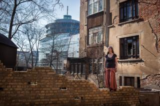 Suzie, de 34 años, adquirió este edificio de 5 plantas y 800 m² por 30 000 euros.