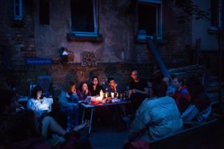Los residentes participan en la reunión sobre la organización de la comunidad: limpieza, comida, cocina, etc.