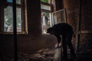 Rudy, Jesse y Mauritz se dirigen a una obra en la ciudad para coger madera.