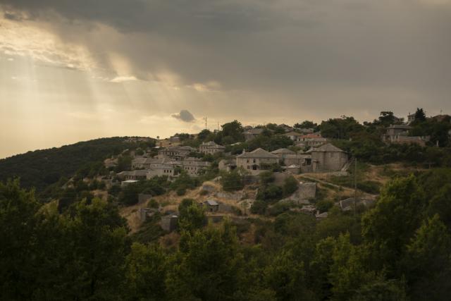 Il villaggio di Elafotopos, vicino alla fine di una linea di ricerca di idrocarburi a Zagori, nell'Epiro.