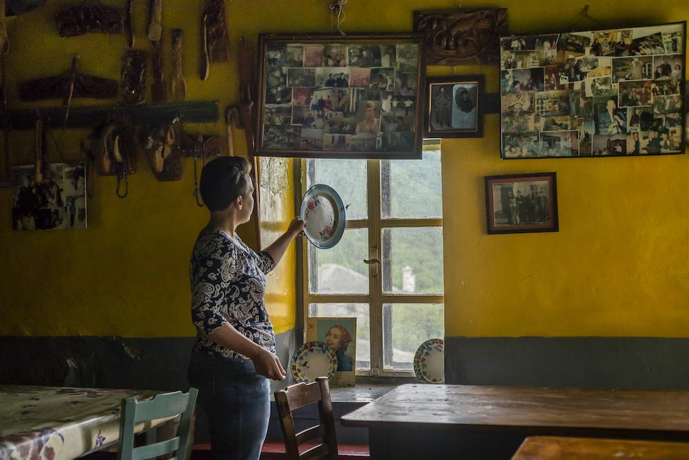 In un caffè ormai chiuso a Zagorochoria. I villaggi dell'Epiro soffrono di un grave declino demografico.