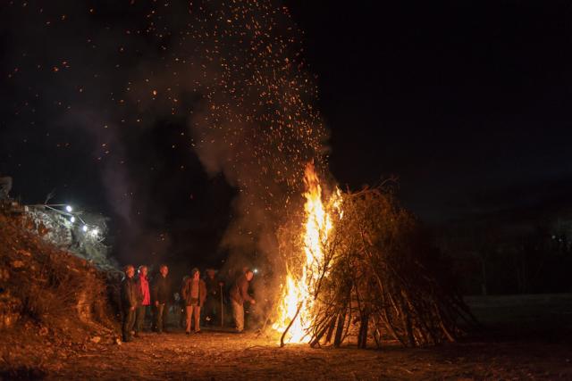 """Gli abitanti si radunano intorno al falò di """"Tzamala"""", una tradizionale festa di carnevale che ancora sopravvive nell'Epiro."""