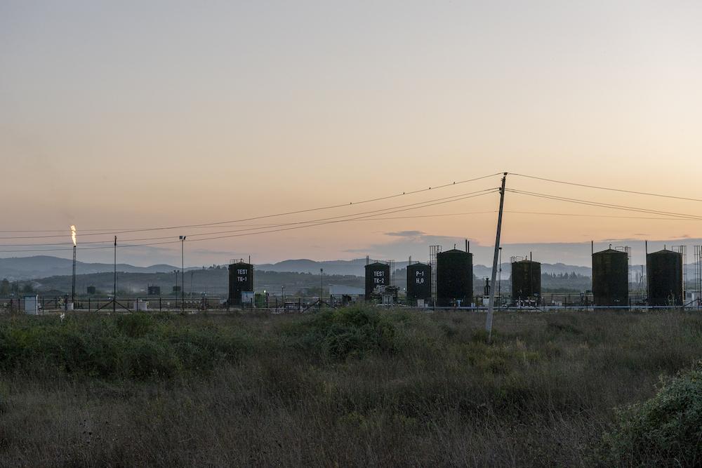 Il giacimento petrolifero di Patos-Marinze, ufficialmente il più grande sulla terraferma dell'Europa continentale, a Fier, in Albania.