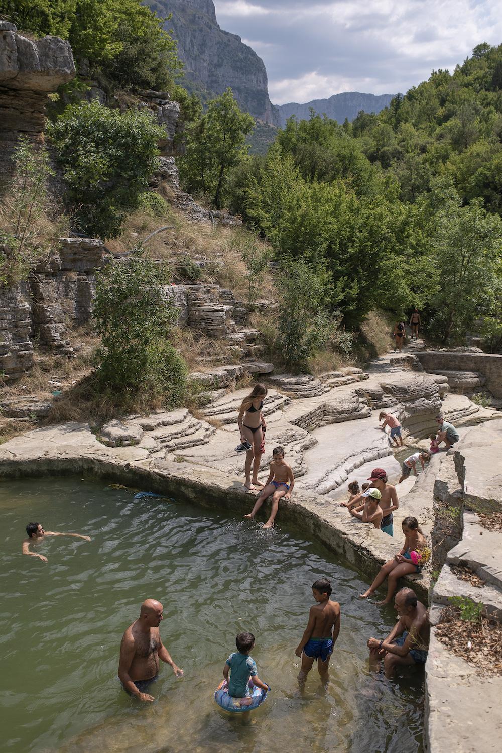 L'estate nelle piscine naturali di Ovires, Zagori, Epiro.