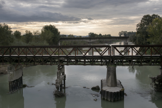 Il fiume Seman, inquinato dagli idrocarburi, alla periferia della città industriale di Fier, in Albania.