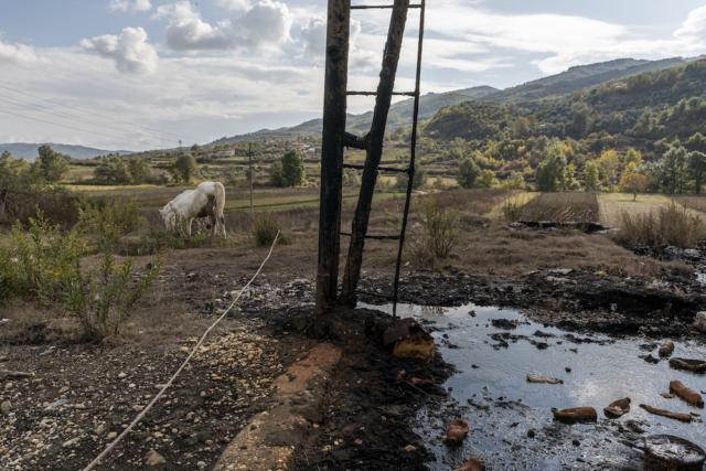 Fuoriuscita di petrolio in un'area agricola dove si trovano impianti di estrazione del petrolio ormai obsoleti, a Ballsh, in Albania.
