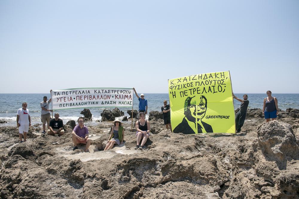 Protesta in un punto dove dovrebbero sorgere degli impianti petroliferi vicino a un'area marina protetta Natura2000, in Grecia, nel 2020.