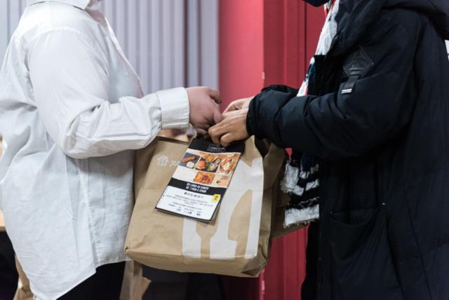 Les colis alimentaires sont tous donnés à l'association ATR92, suite à des appels à dons, notamment sur les réseaux sociaux. Ce sont soit des dons de particuliers, ou parfois comme ce soir, des menus préparés par des restaurants.