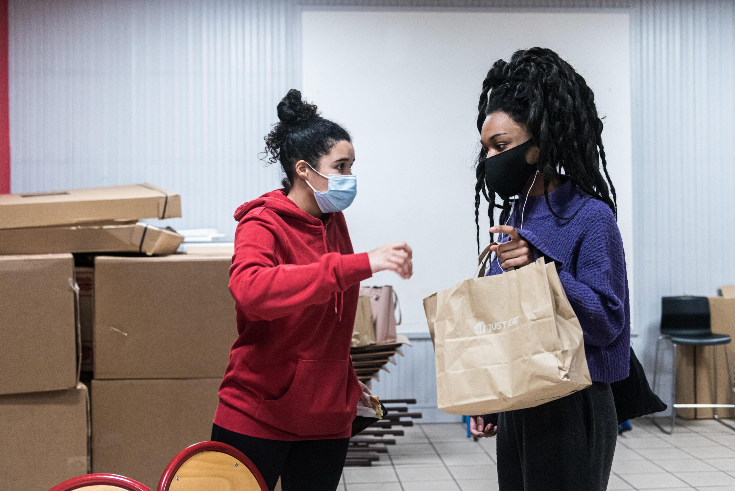 Alizé a 18 ans et est en première année d'un cursus pour devenir éducatrice spécialisée. C'est une amie de Chaïma, et elle l'aide à distribuer les colis alimentaires.