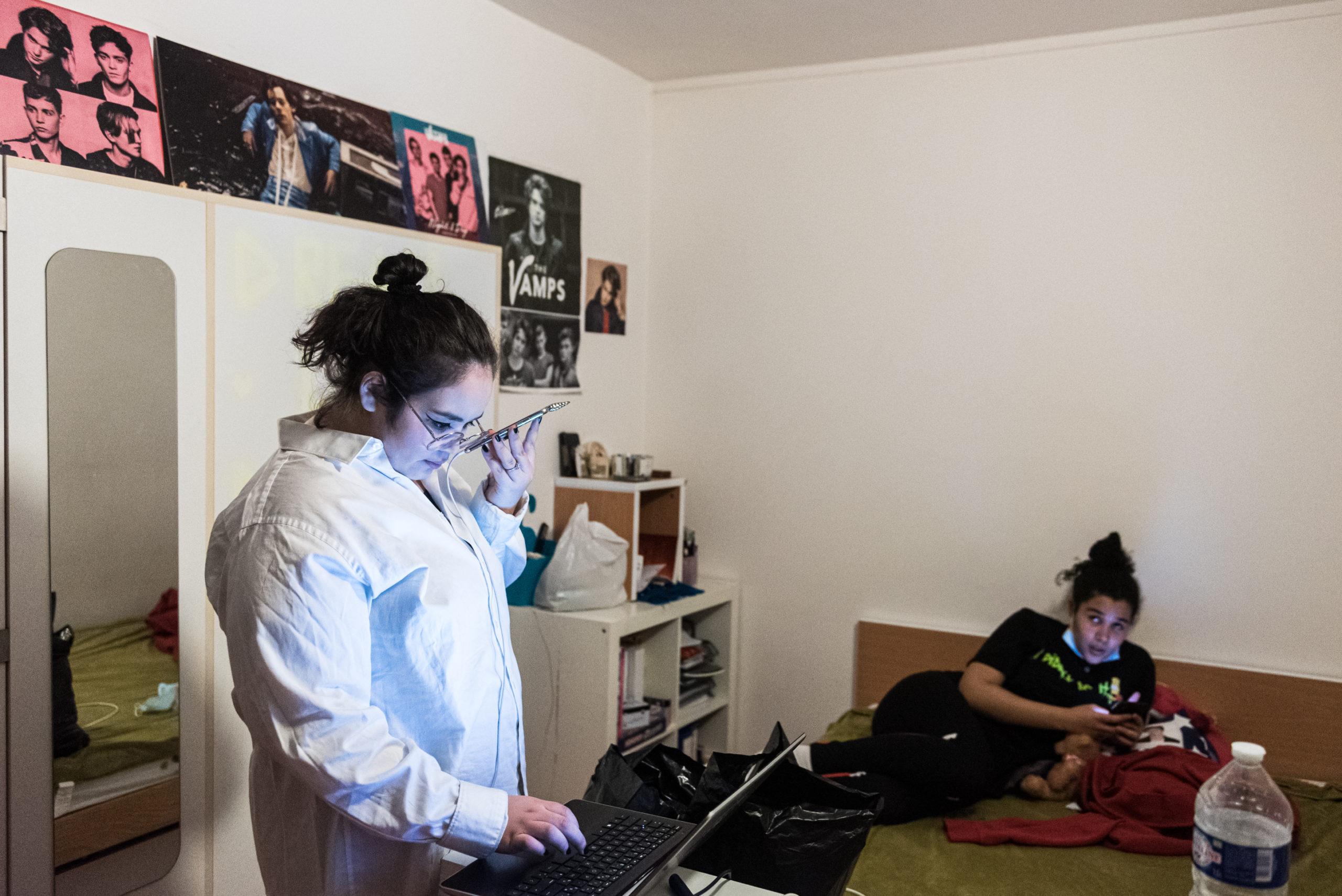Une fois la distribution terminée, les filles montent dans l'appartement de Chaïma pour regarder une émission de télé-réalité.