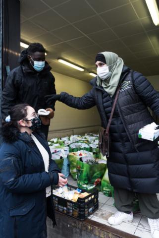 """ATR 92 coordonne parfois des distributions alimentaires organisées par d'autres associations. Ici, """"Mouslim Help"""", association qui existe depuis 2008, distribue 150 colis, tous donnés par des particuliers."""