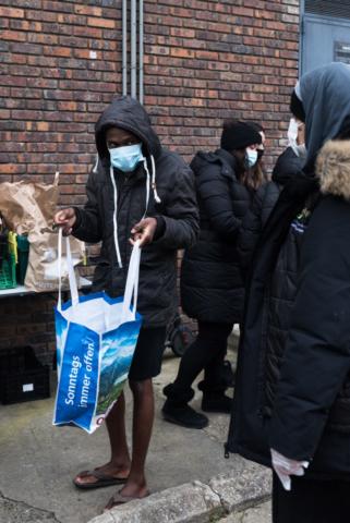 Los estudiantes durante la distribución de alimentos.