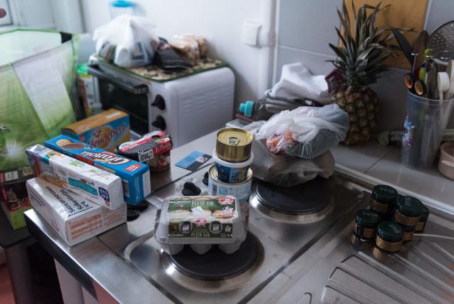 Chaïma rapporte chez elle les denrées de la distribution alimentaire pour diversifier ses plats quotidiens.