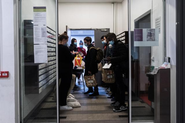 Des étudiants attendent leur tour pour la distribution alimentaire.