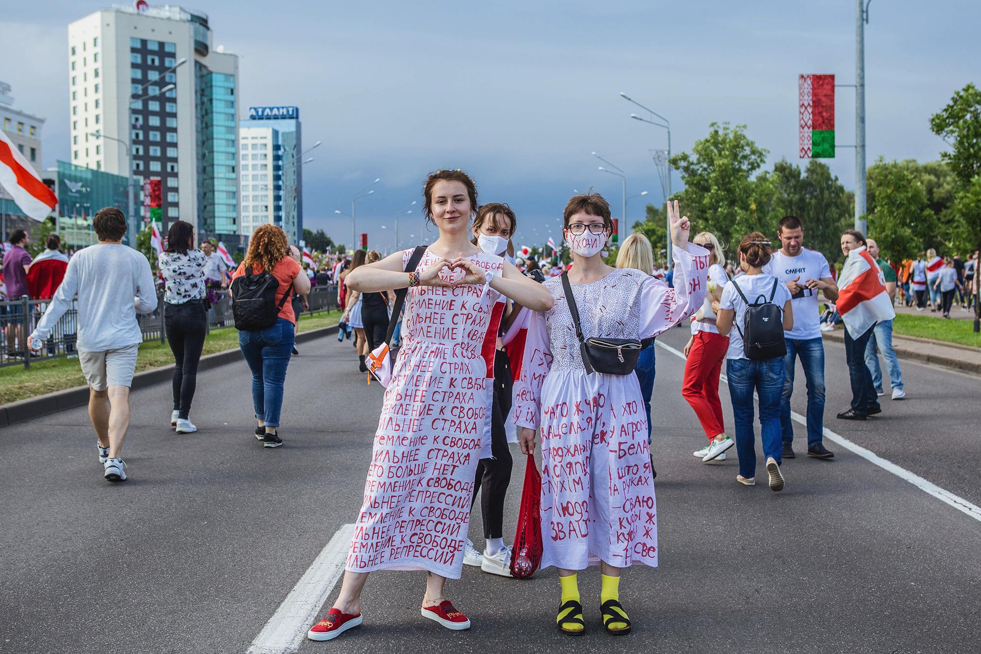 """Junge Frauen mit bemalter Kleidung: """"Das Streben nach Freiheit ist stärker als Angst und Repression"""". Minsk, August 2020."""
