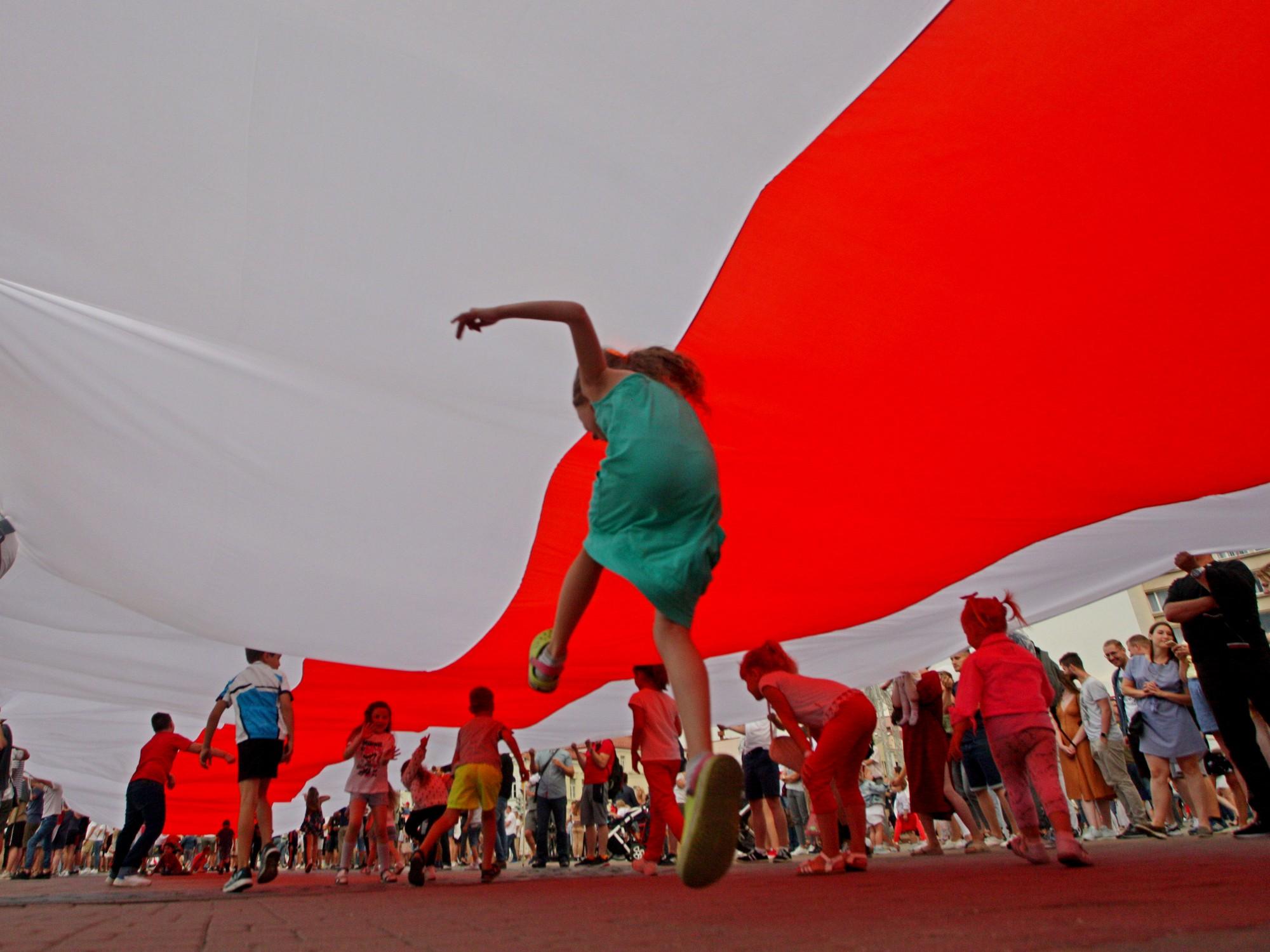 Weiß-rot-weiße Flagge - Symbol des Belarus vor Lukaschenko. Minsk, August 2020.