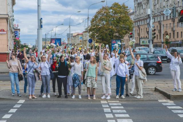 Frauenmarsch auf der Praspiekt Niazaliežnasci, der Hauptstraße in Minsk. August 2020.