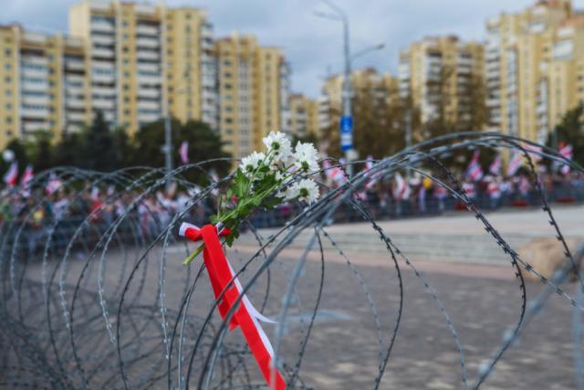 """Stacheldraht umgibt die """"Stele"""", ein Denkmal zu Ehren des Sieges im Zweiten Weltkrieg. Minsk, August 2020."""