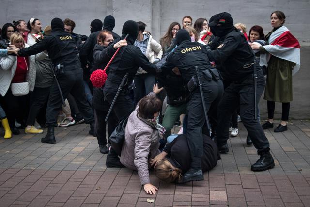 Die Anti-Aufruhr-Polizei blockiert eine Frauendemonstration. Minsk, August 2020.