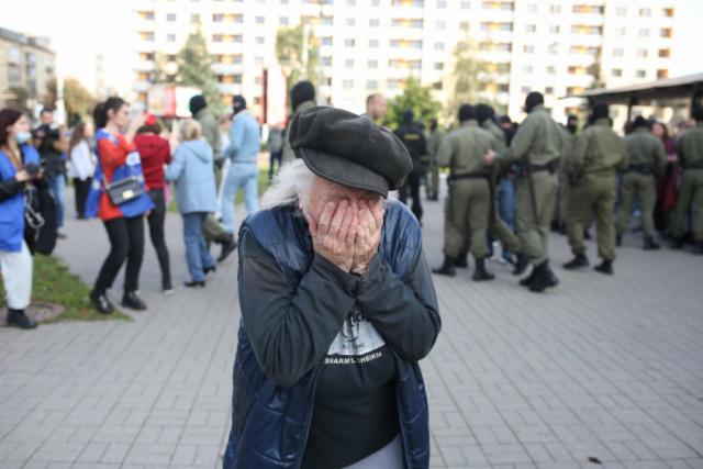 Eine ältere Frau weint nach den Verhaftungen während der Proteste. Minsk, September 2020.