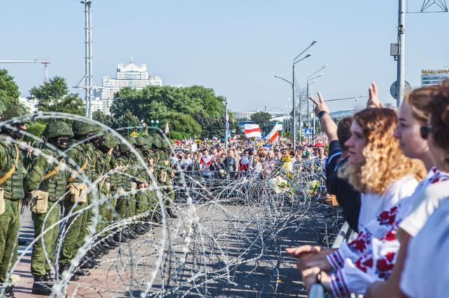 "Nach der Demonstration vor dem Denkmal ""Stele"". Minsk, August 2020."