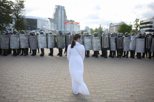 Eine Frau stellt sich den Sicherheitskräften. Minsk, September 2020.