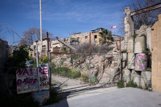 Ein Teil der Mauer durchschneidet Zyperns Hauptstadt Nikosia noch heute.