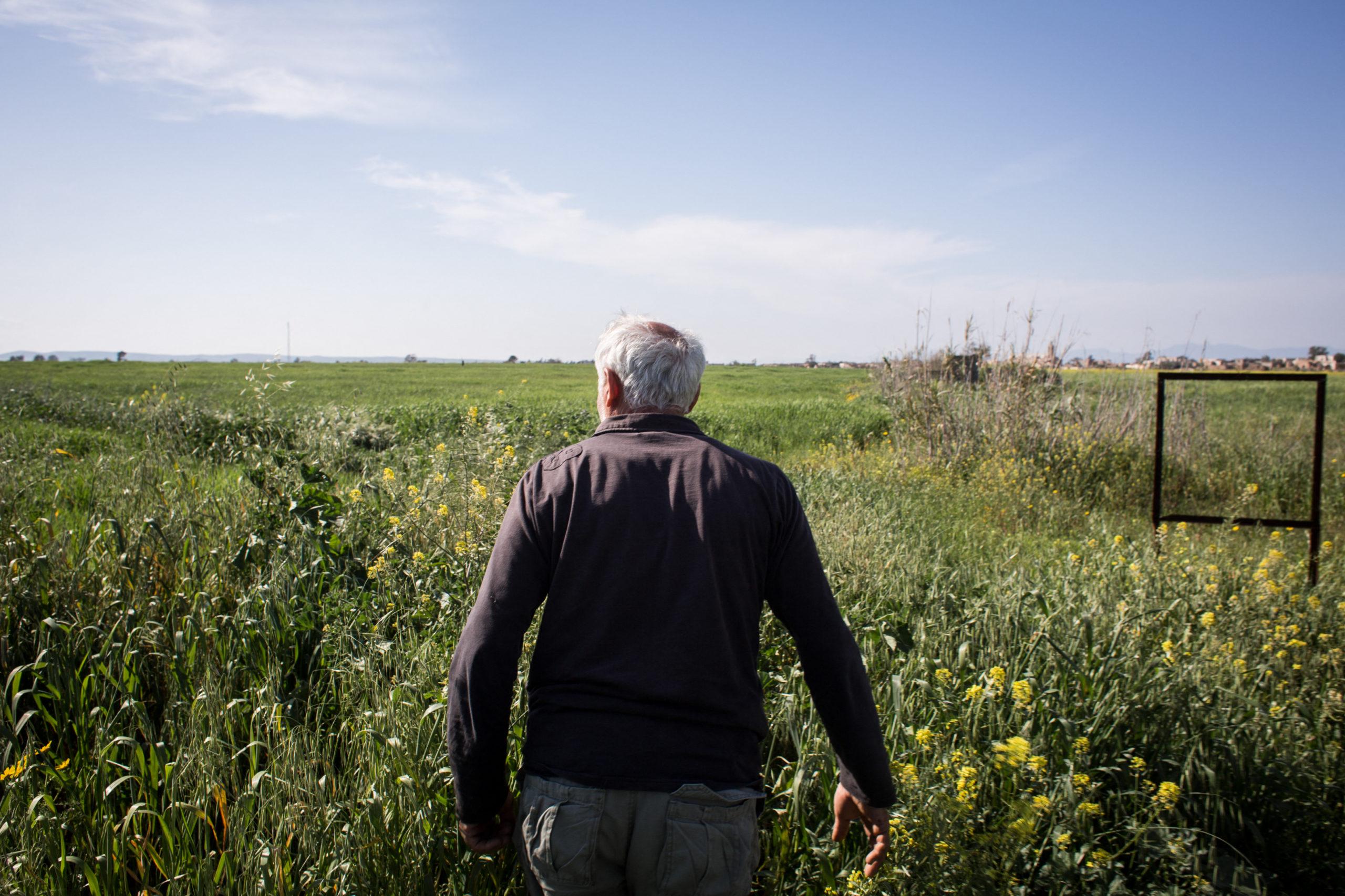 Bis 1974, als die Einwohner flohen, hatte die Stadt Achna 2000 Einwohner. Andreas beschloss, wieder hierher zu ziehen und inmitten seiner Obstbäume und seiner Felder zu leben, auch wenn die Grenze mitten hindurch verläuft.
