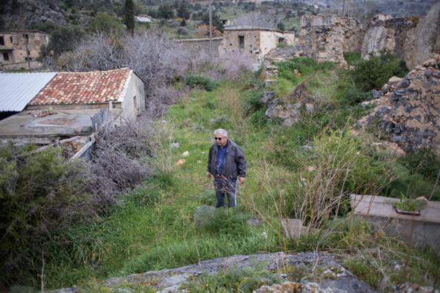 42 Jahre nachdem er sein Haus verlassen hat, kehrt Elias wieder nach Syskiipos in der besetzten Zone im Norden, zurück. Sein Haus ist zerfallen, aber die Tür ist nur mit ein paar Brettern verschlossen.