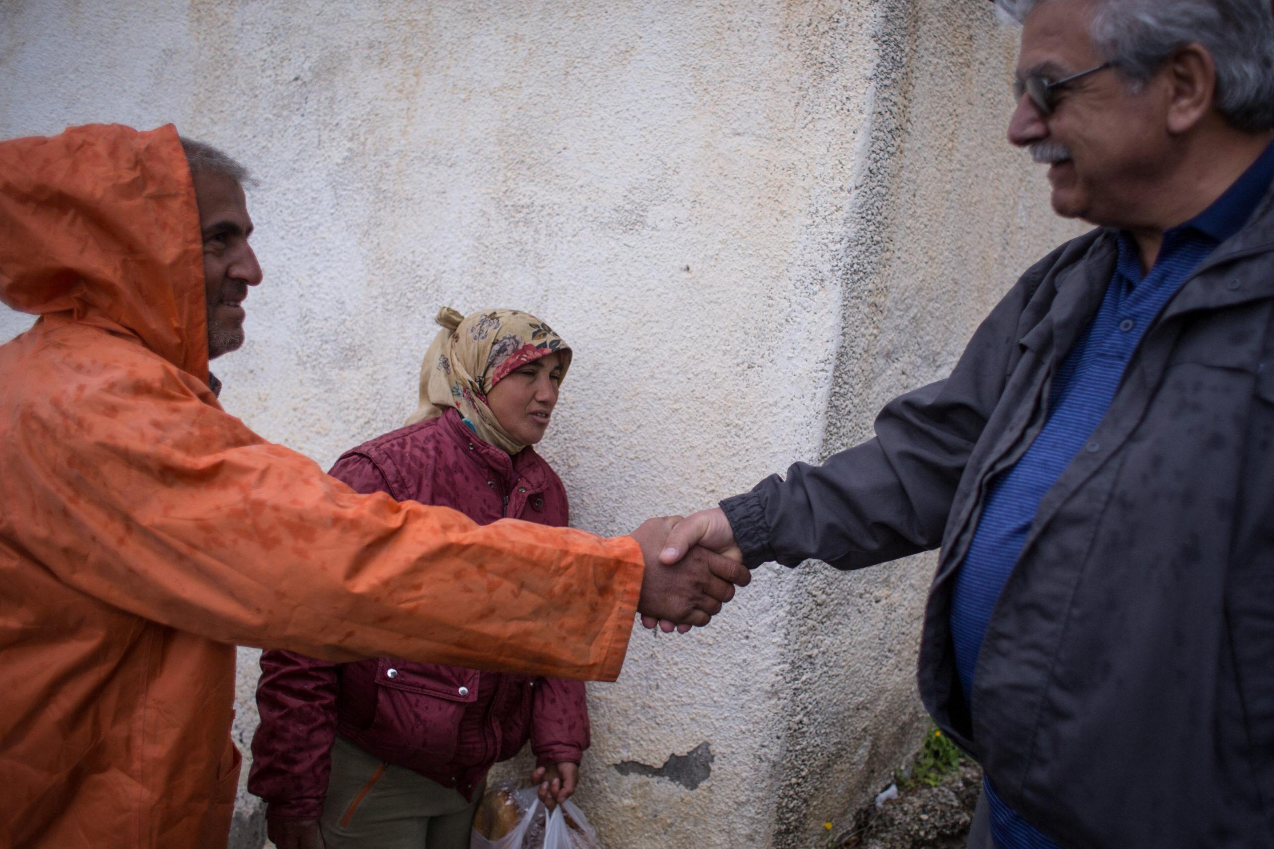 """Elias gibt seinem Nachbarn die Hand: einem Türken, der vor ein paar Jahren im Rahmen der von der Regierung Erdoğan organisierten """"Türkisierung"""" Zyperns in den Norden der Insel gekommen ist."""