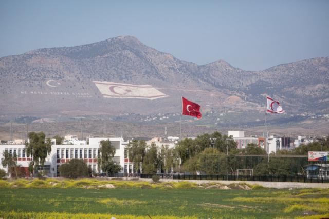Auf den Hügeln im Norden Zyperns wehen die Fahnen der Republik Nord-Zypern und die türkische Fahne.