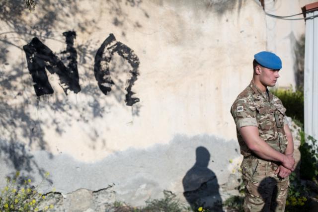 """Bei einer Demonstration für die Entmilitarisierung Zyperns haben militante Demonstranten es geschafft, in die von der UNO verwaltete """"Pufferzone"""" vorzudringen. Den Schriftzug """"No Armies"""" konnten sie allerdings nicht fertigstellen."""