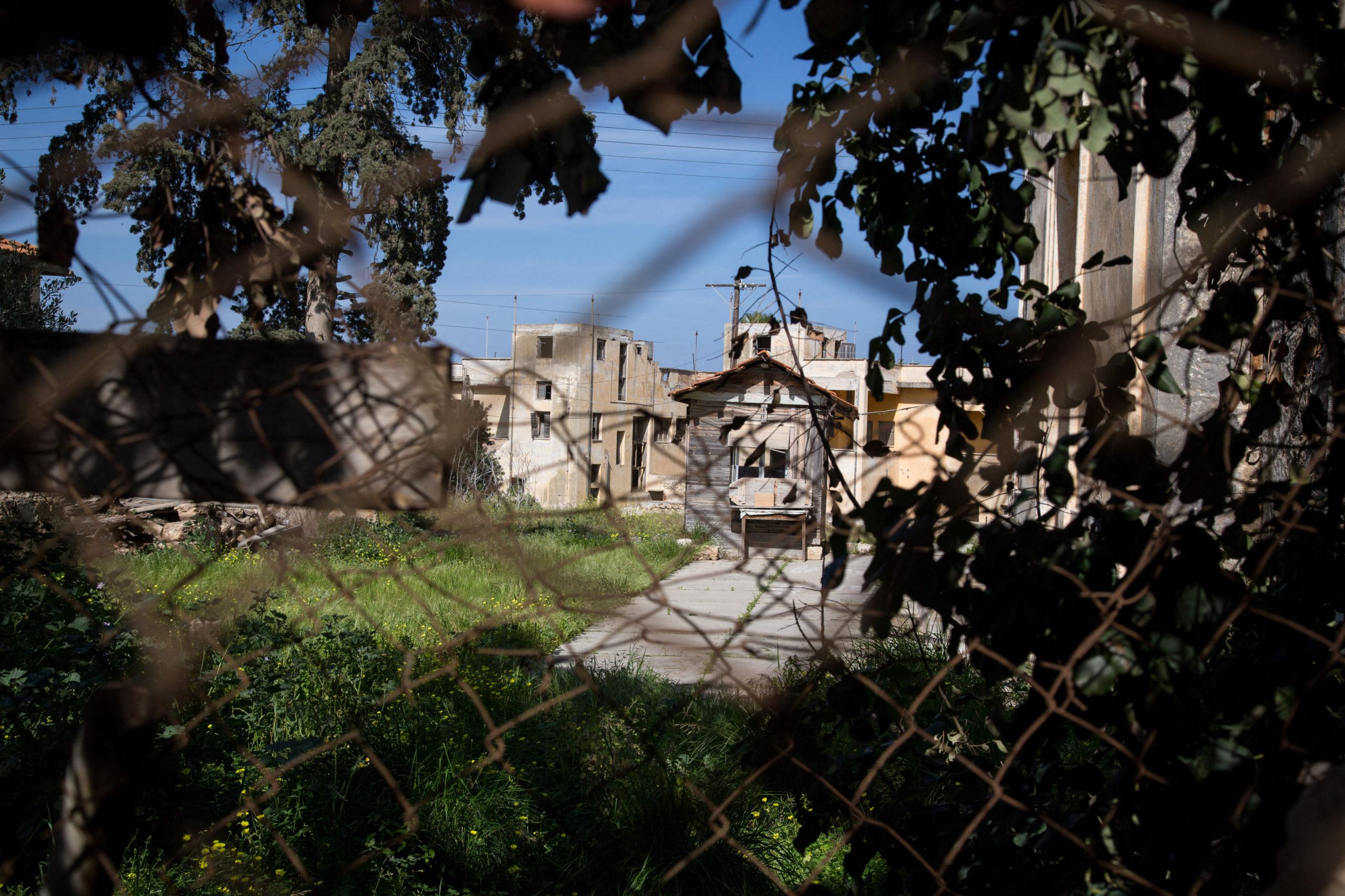 Seitdem die Einwohner 1974 vor der türkischen Armee geflohen sind, gibt es kein Leben mehr in den Straßen, den Häusern, den Gebäuden und ihren Terrassen. Varosha ist eine Geisterstadt.