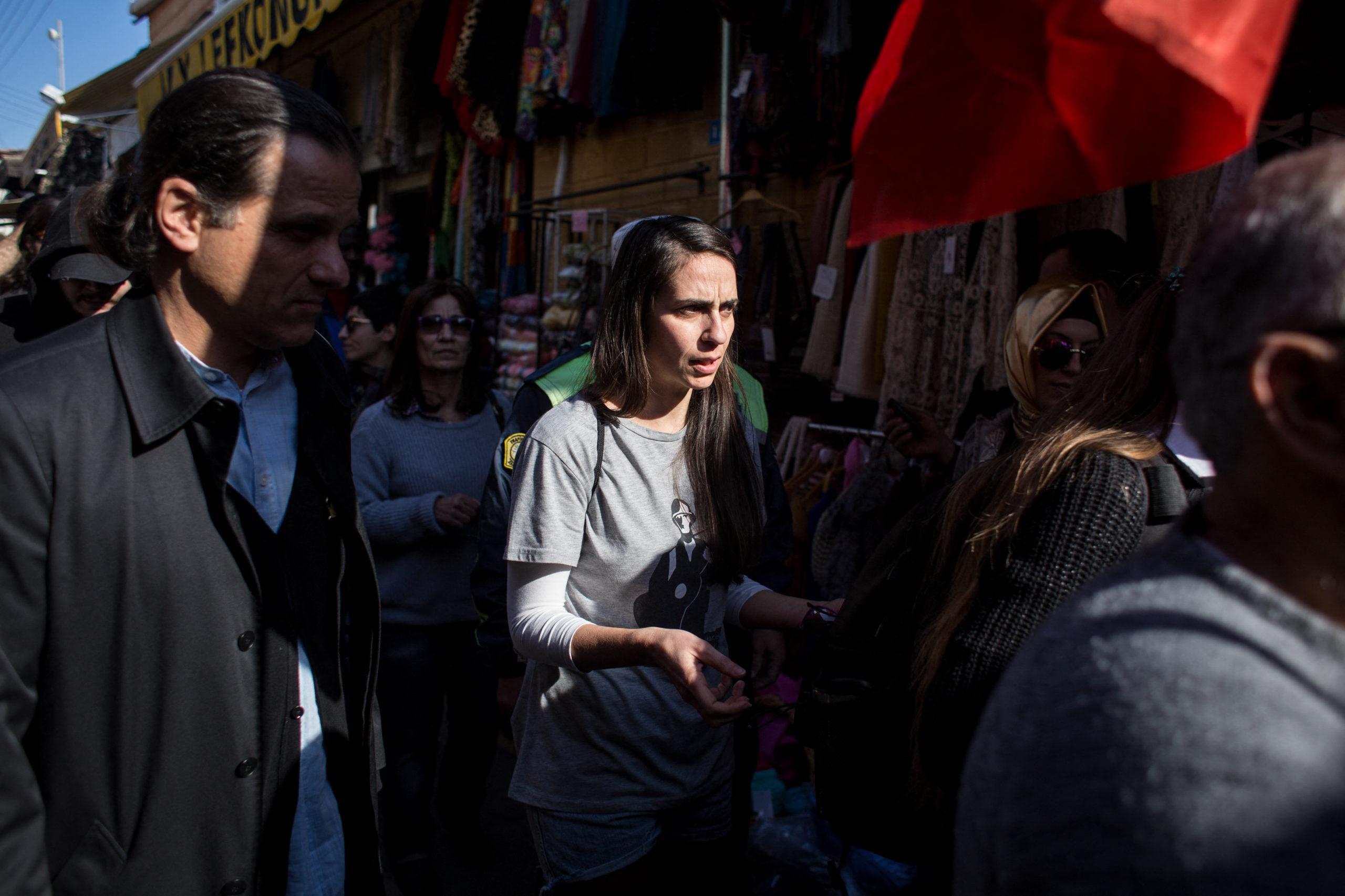 Maria ist Mitglied der anarchistischen Bewegung Sispriosi Atakton und kämpft vor allem für die vollständige Entmilitarisierung der Insel. Auf Zypern sind sechs Armeen aktiv: Türken, türkische Zyprioten, Griechen, griechische Zyprioten, Großbritannien und die UNO.