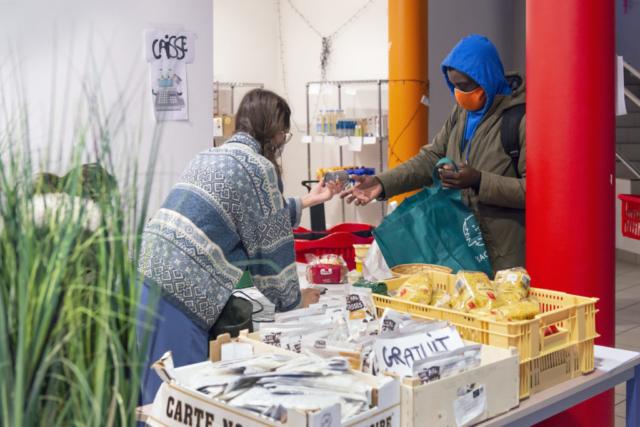 Un étudiant est venu récupérer de la nourriture dans une chambre de l'université de Poitiers. La nourriture est livrée par la Banque alimentaire, qui la revend aux étudiants pour seulement 10 % de ce qu'elle a payé, et les produits qu'elle a reçus gratuitement sont donnés.
