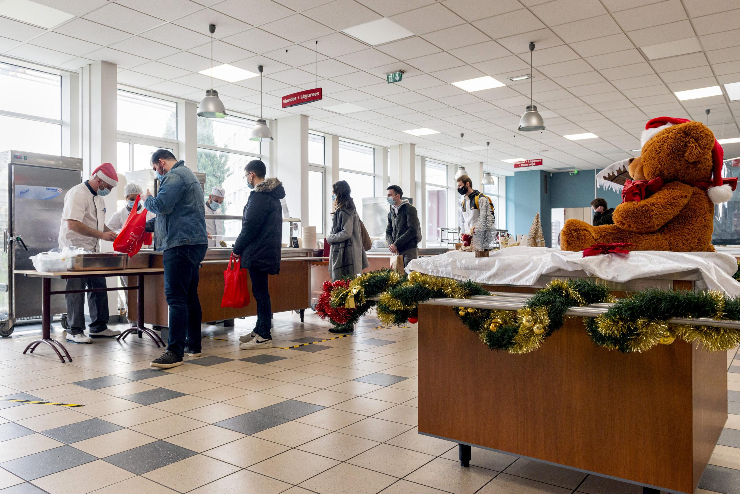 Des étudiants font la queue pour prendre un repas au restaurant du Crous de l'université de Poitiers. Ils ne peuvent pas y manger à cause des mesures anti-covirus.