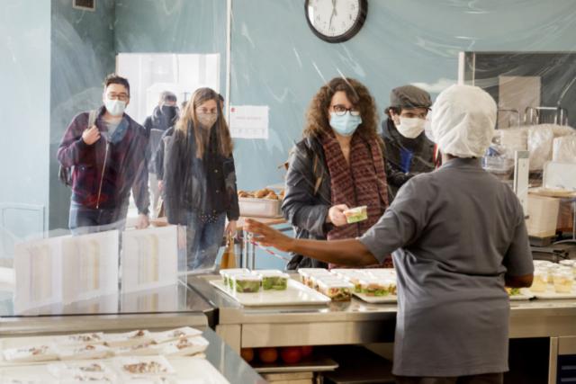 Les étudiants choisissent leurs repas à emporter au restaurant du Crous universitaire de Poitiers, spécialement aménagé pour la crise sanitaire.