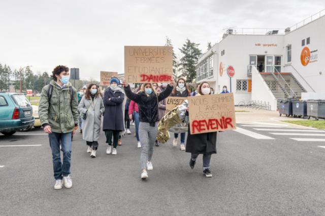 Les étudiants de Poitiers manifestent pour obtenir plus de soutien et un retour aux cours en face à face.