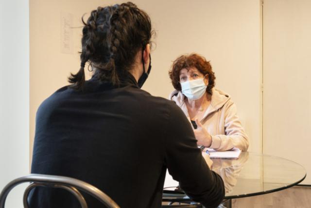 Une psychotherapeute de l'univesité de Poitiers s'entretient avec une etudiante de première année en souffrance.