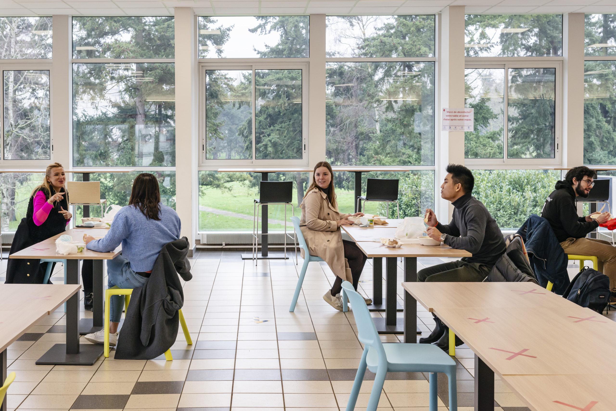 Pour la première fois depuis plusieurs mois, les étudiants prennent leur repas au restaurant universitaire du Crous de Poitiers. Ils doivent respecter une distance de deux mètres entre chacun d'eux. Poutiers, France, 10 février 2021.