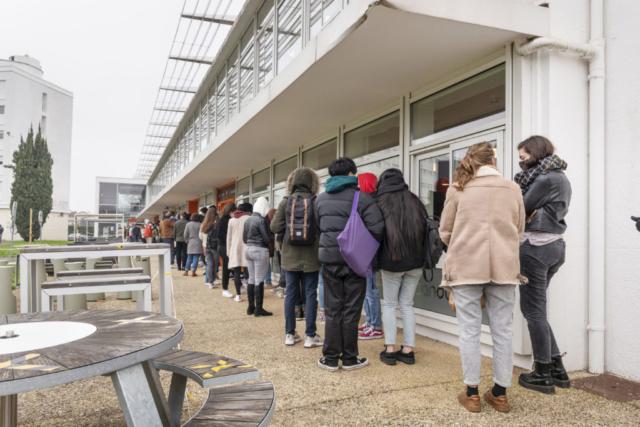 Des étudiants font la queue devant un restaurant universitaire à Poitiers.