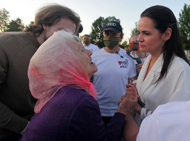 Eine ältere Frau im Gespräch mit Swjatlana Zichanouskaja, Anführerin der demokratischen Bewegung. Minsk, August 2020.