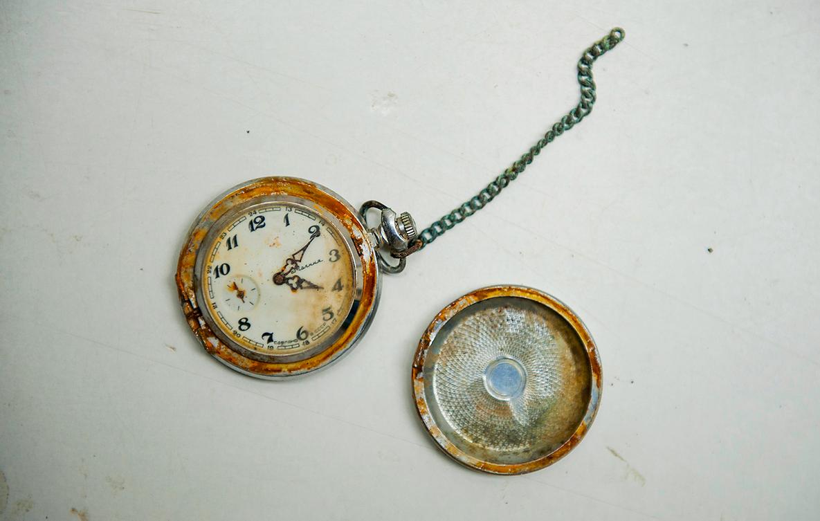Un orologio appartenente a un civile sepolto in una fossa comune vicino alla città bosniaca di Srebrenica